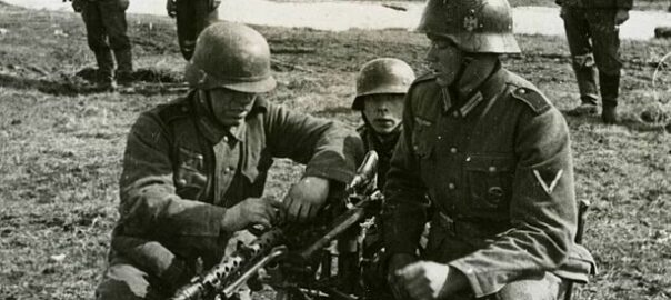 Soldiers of the Blue Division being trained to use a machine gun